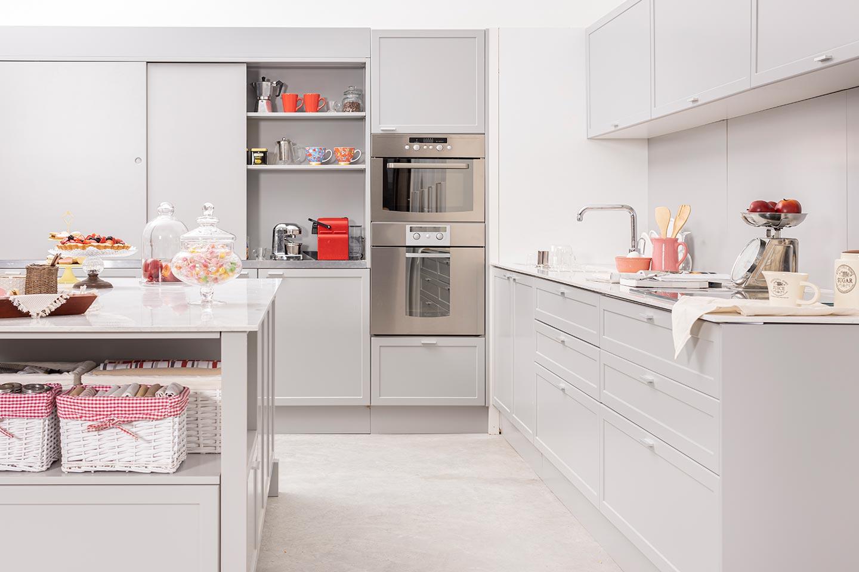 Amoblamiento de cocina clasica moderna gris con isla linea Neo