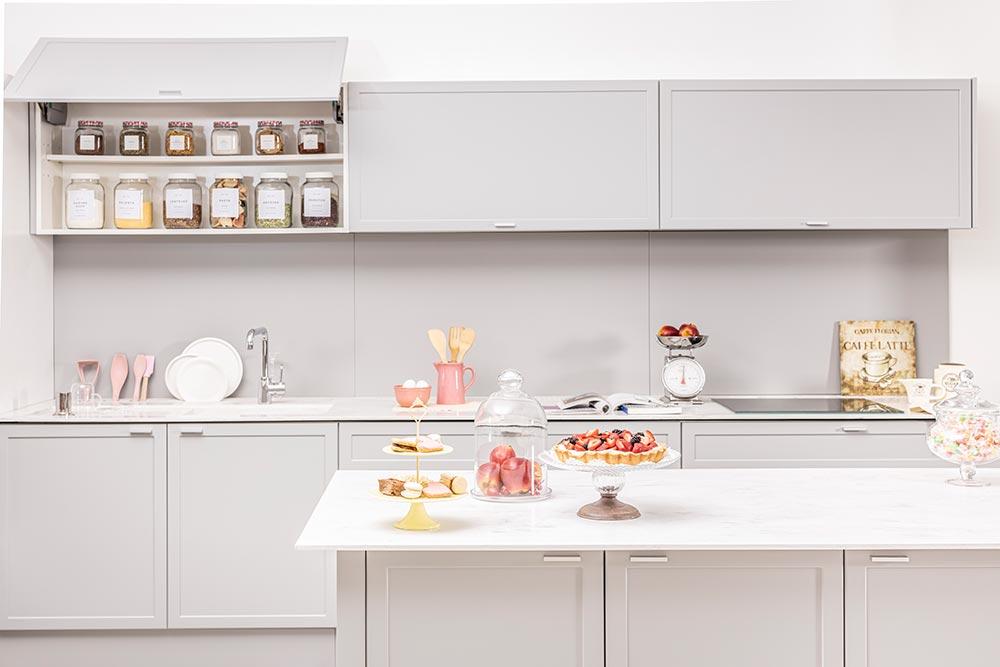 Diseño de cocina moderna gris con molduras e isla linea Neo