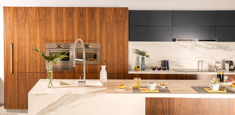 Diseño de cocina moderna con isla de madera y neolith linea Quadra