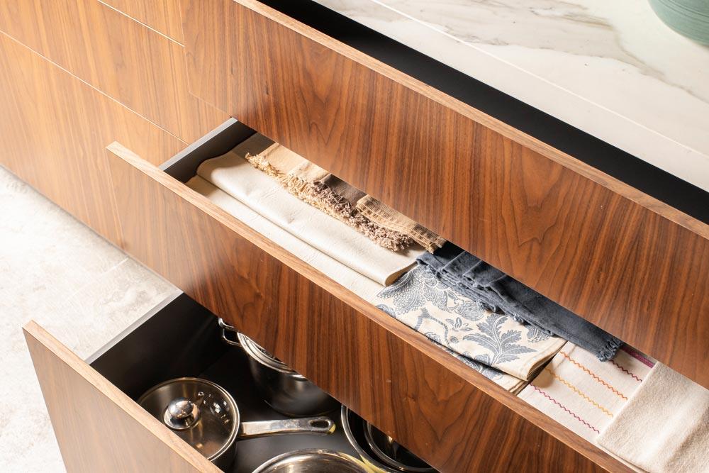 Cocina moderna con cajones de madera de nogal