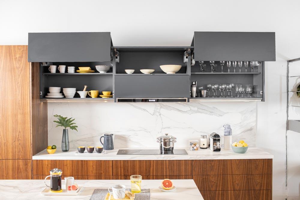 Mueble de cocina de melamina gris con puertas abatibles