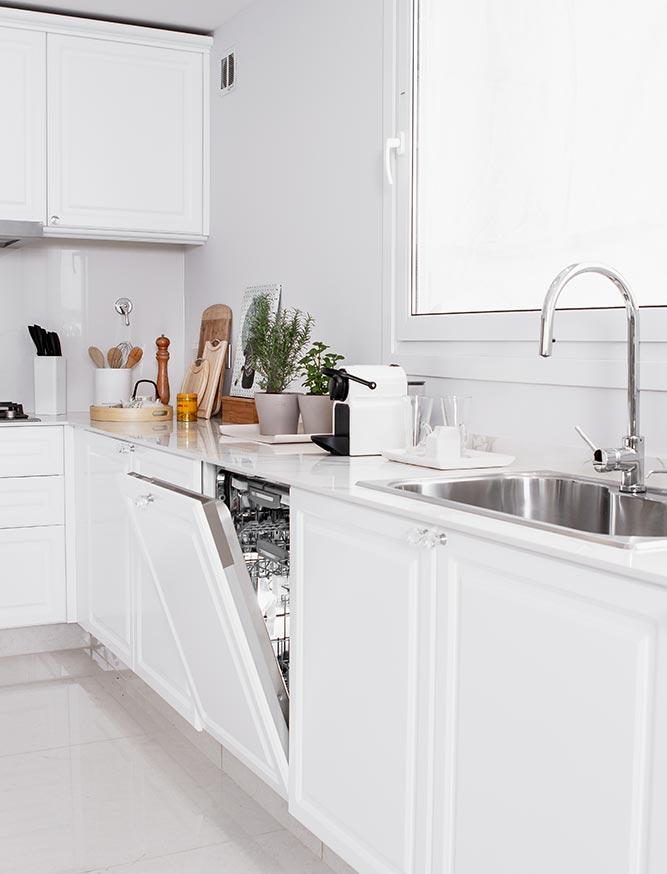 Cocina blanca con lavavajillas dentro del mueble de la linea Vita