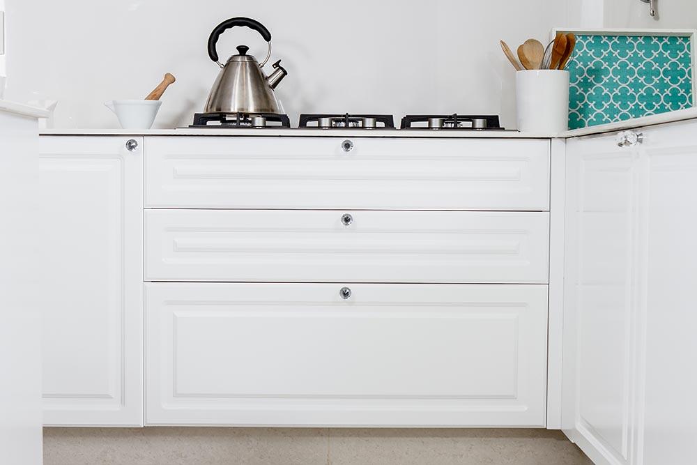 Mueble de cocina blanca total white con molduras linea Vita