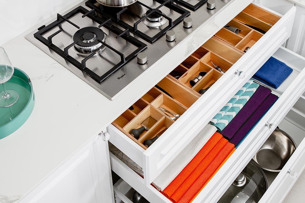 Mueble de cocina total white y cajon con cubiertero de madera
