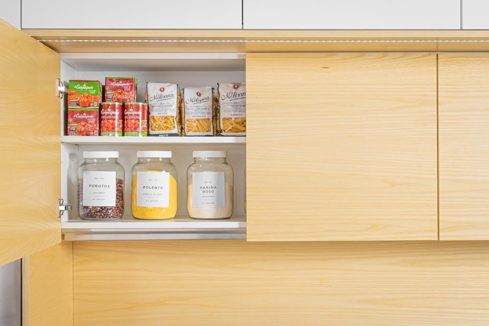 Detalle del mueble alto de cocina de madera Zen