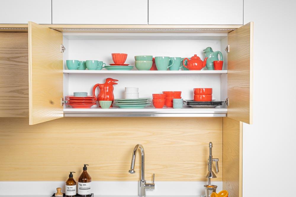 Cajón abierto de cocina con separadores de madera
