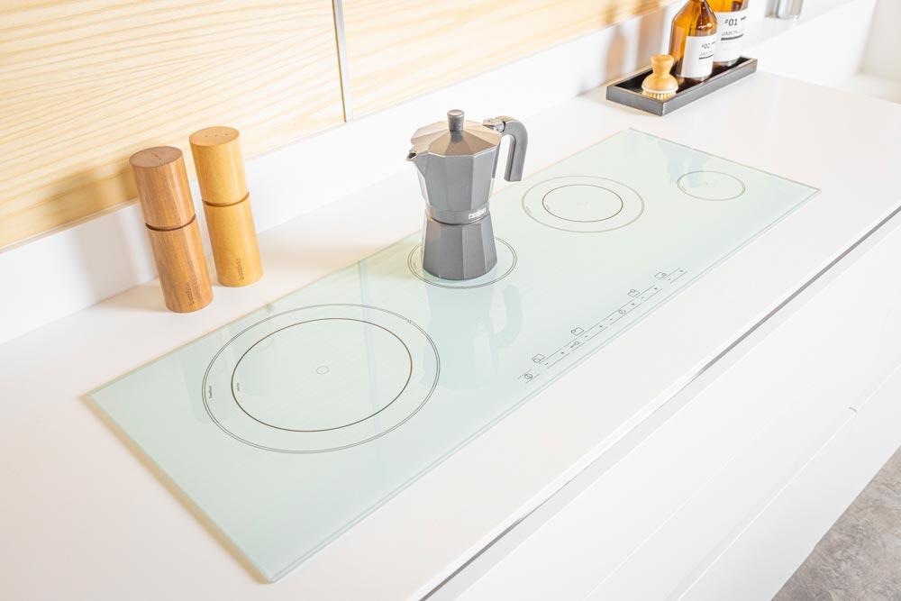 Cocina blanca moderna con anafe electrico