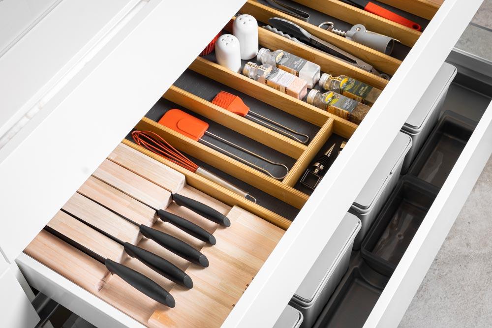 Cajón de cubiertos con separadores de madera a medida