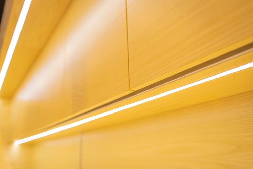Muebles de cocina de madera con iluminacion de tiras led