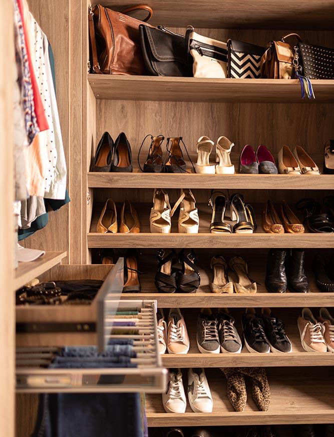 Perchero de pantalones y estantes para zapatos de vestidores Battista