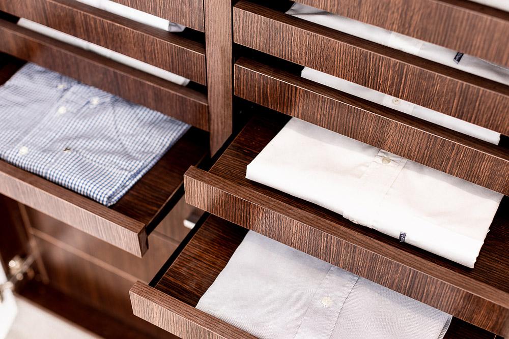 Sistema de apertura push pull en mueble de vestidor Battista